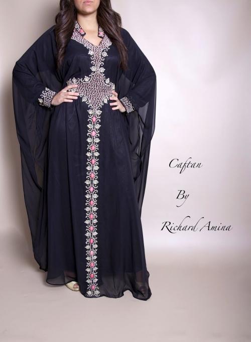 68d6f746529 Un style unique et remarquable pour cette robe Dubaï où la sobriété chic du  noir contraste avec l exubérance des pierreries !